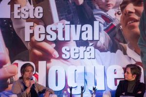 Claudia Calvin (a la izquierda) en el marco del Primer Encuentro Internacional de Blogueras (México, 2013)